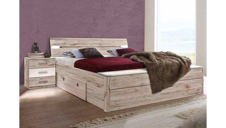Bed met bergruimte en slaapkamerbankje