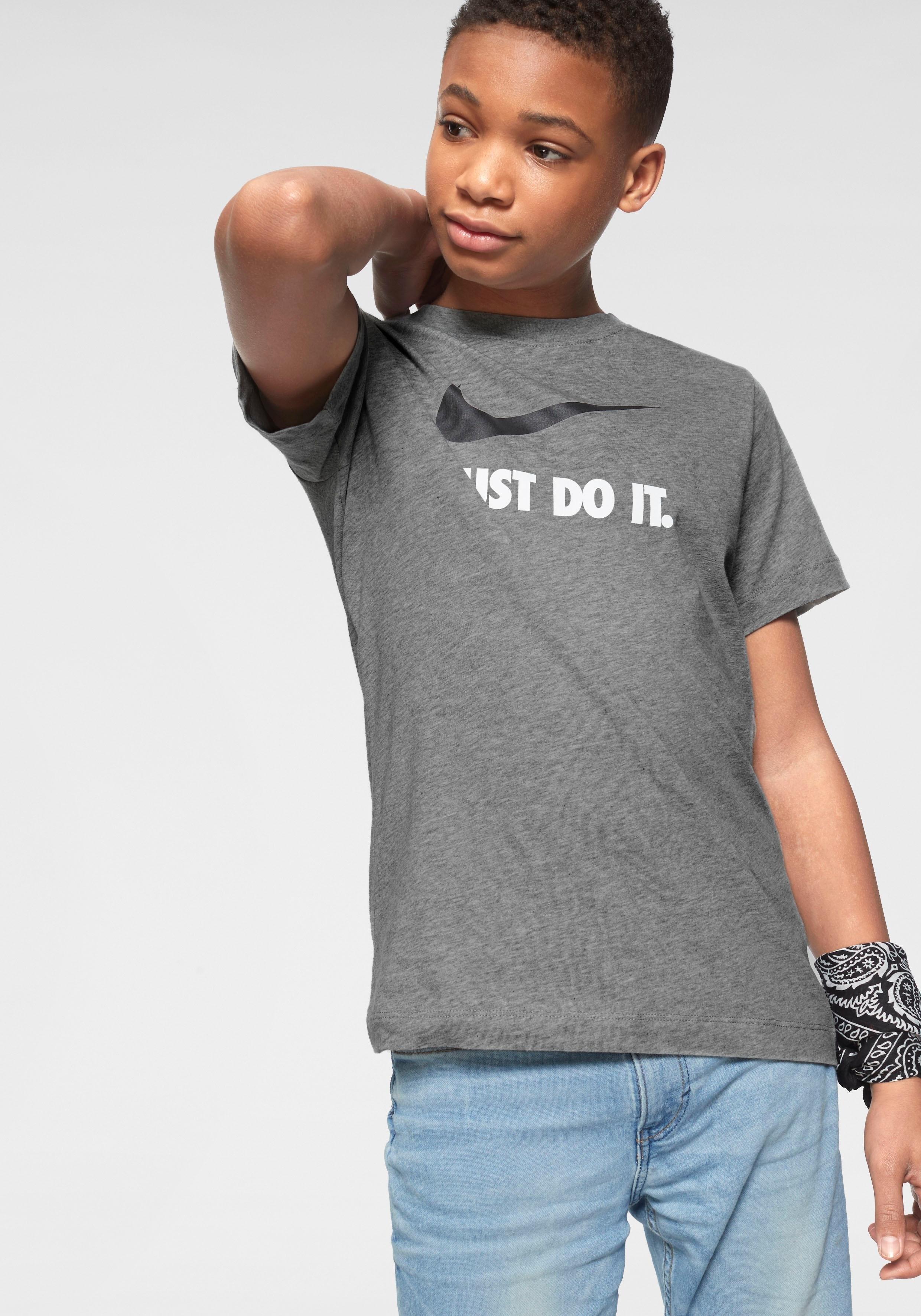 Nike T-shirt »BOYS NIKE SPORTSWEAR TEE JUST DO IT SWOOSH« nu online kopen bij OTTO