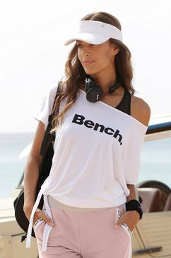 bench. t-shirt wit